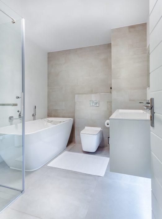 fürdőszoba új káddal és wc-vel bézs színben