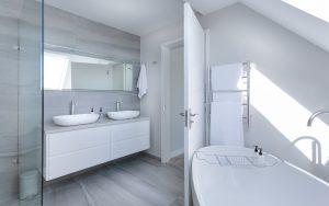 fürdőszoba új mosdóval és csapteleppel