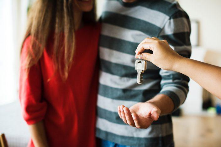 házaspár új lakásuk kulcsát kapja