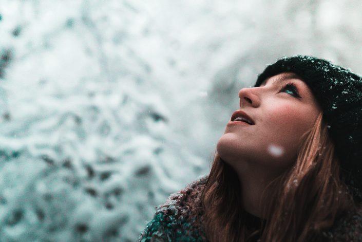 hideg télen hóesésben egy lány felnéz