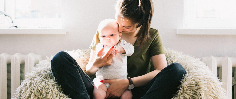 anyuka a babáját puszilja meleg otthonában radiátor előtt