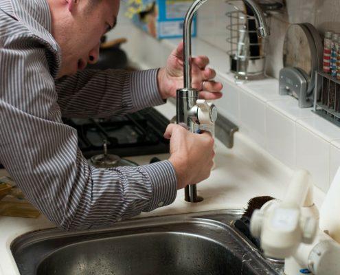 inges víz vezeték szerelő beköt egy új konyhai csaptelepet